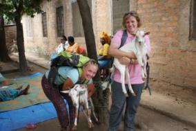 Petra und ihre Kollegin Barbara mit gespendeten Ziegen