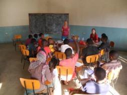 Petra beim Unterricht im Jugendzentrum